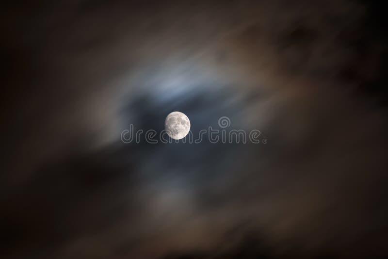 La lune? dans une nuit nuageuse photo stock