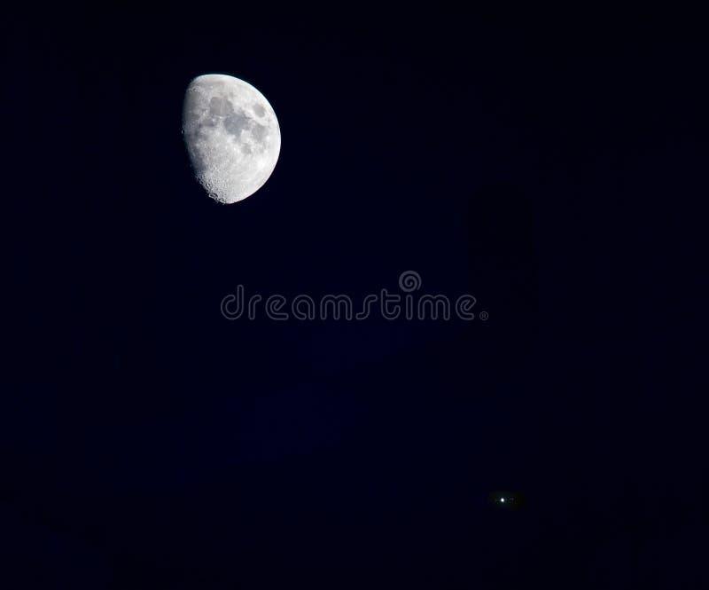 La lune et la planète Jupiter image libre de droits