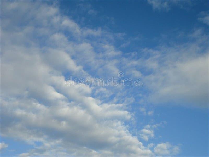 La lune pâle et les nuages blancs dans un ciel bleu photos libres de droits