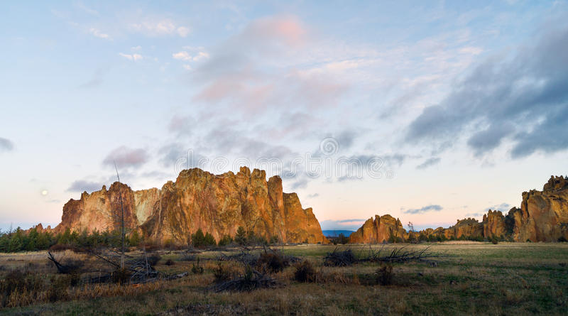 La lune place pendant que Sun se lève sur Smith Rock Oregon images libres de droits