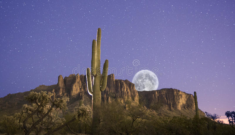 La lune se lève au-dessus des montagnes de superstition images libres de droits