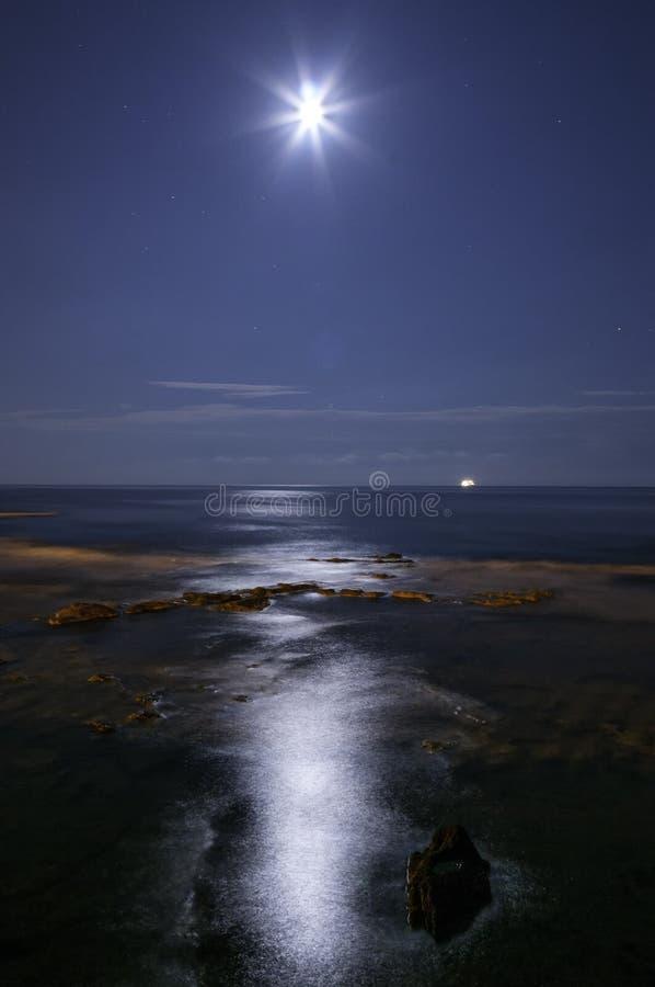 La lune sur le récif photos stock