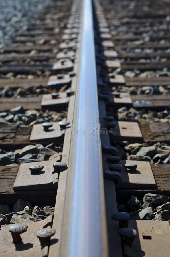 La lunga fila del binario ferroviario fotografie stock libere da diritti