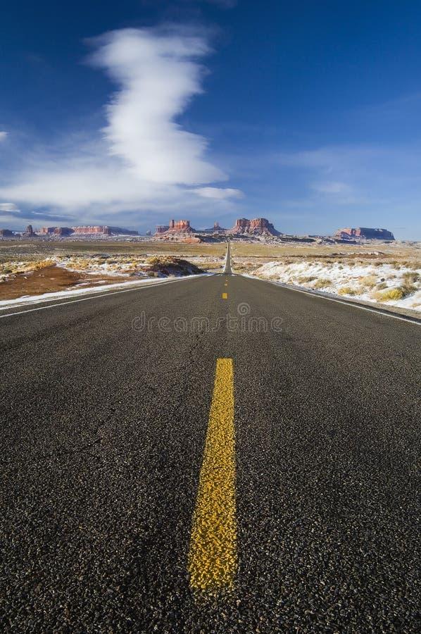 La lunga strada piombo alla valle del monumento, Utah fotografie stock libere da diritti
