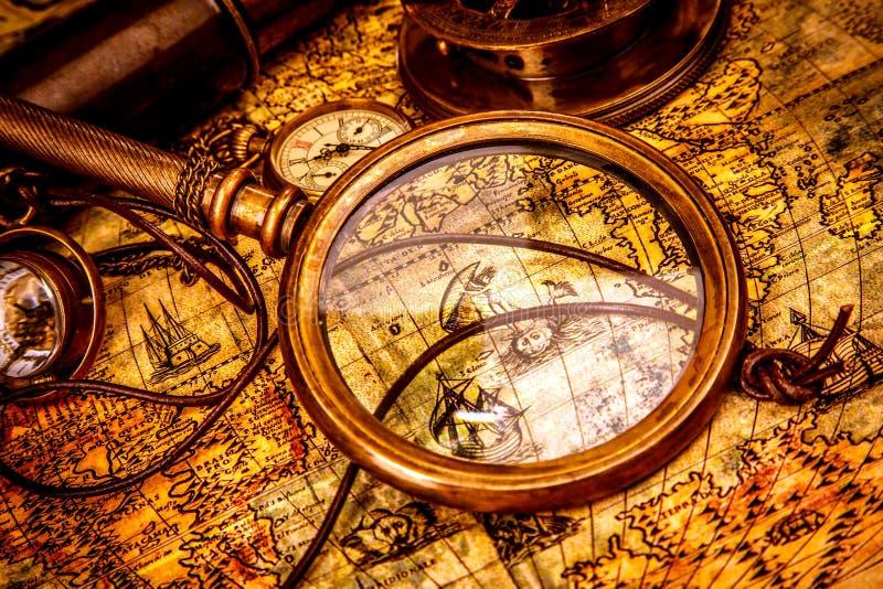 La Lupa Del Vintage Miente En Un Mapa Del Mundo Antiguo Imagen de ...
