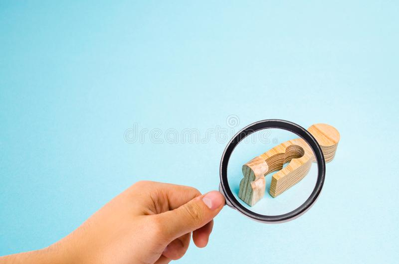 La lupa está mirando a las mujeres de madera caidas con un vacío en el cuerpo del cual el niño se cayó El concepto de la madre fotos de archivo