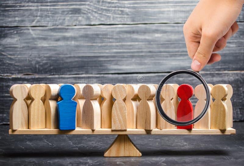 La lupa está mirando a la muchedumbre de gente en las escalas Figuras rojas y azules Enfrentamiento de dos personas imagen de archivo libre de regalías