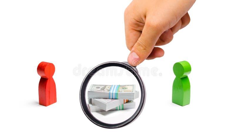 La lupa está mirando un manojo de dinero entre dos personas concepto de la oferta y de la competencia para recibir imágenes de archivo libres de regalías