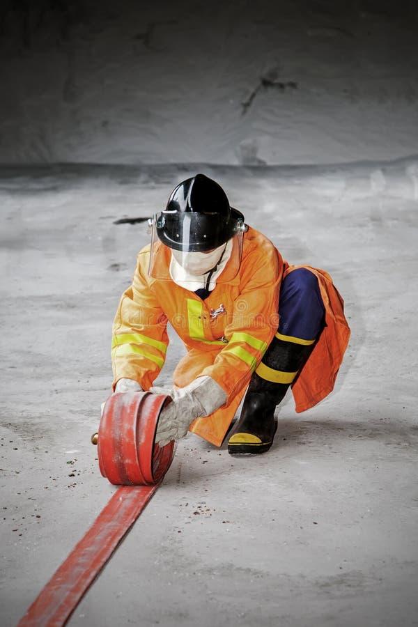 La lutte contre l'incendie d'entraînement annuel des employés photos stock