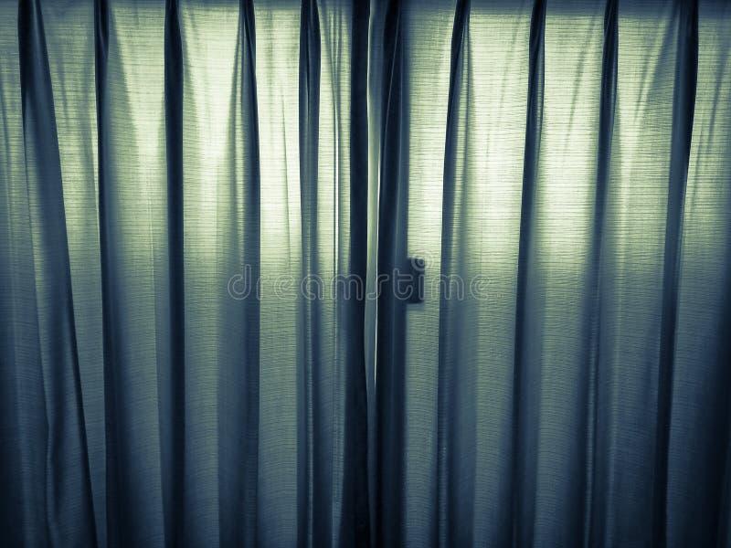 La luz brilla a través de las cortinas imágenes de archivo libres de regalías