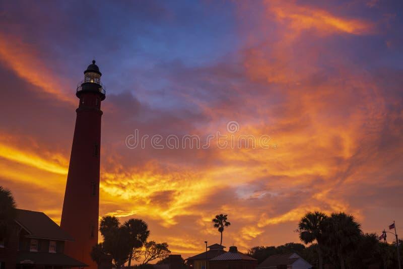 La luz de entrada de Ponce de León brilla durante el amanecer foto de archivo