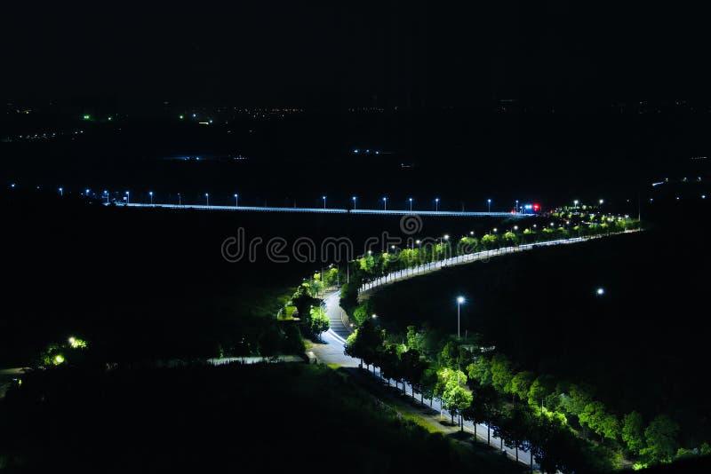 La luz de la esperanza, esta es una ruta de alta velocidad que rodea la ciudad desde el campo Cuando llegue la noche, un show de  foto de archivo libre de regalías