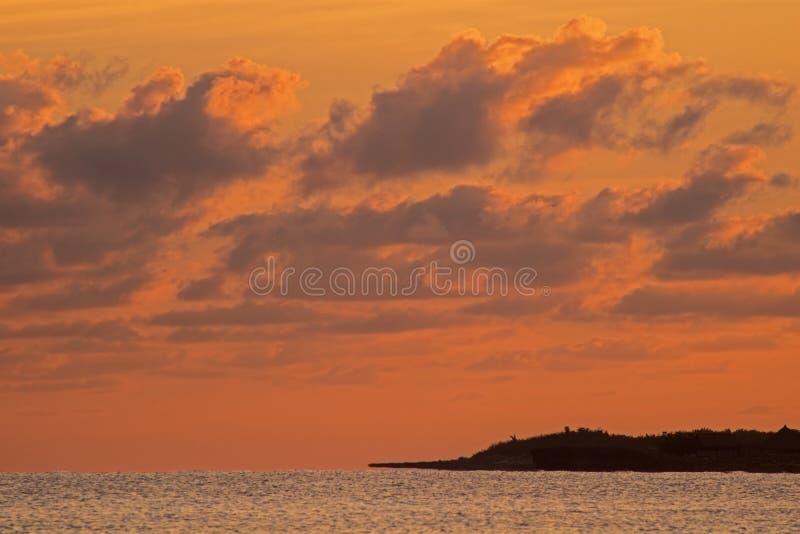 La luz de la salida del sol pinta las nubes en los Cocos de Cayo, Cuba fotos de archivo