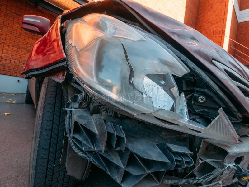 La luz del coche o el primer quebrada de la lámpara de la linterna, vehículo del automóvil después del accidente del desplome nec imágenes de archivo libres de regalías