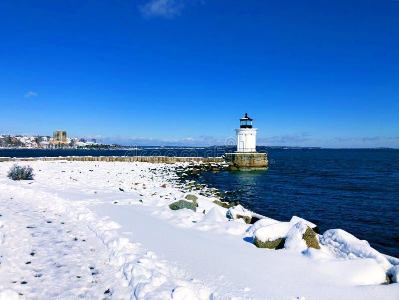 La luz del rompeolas de Portland en invierno después de la nieve imagen de archivo libre de regalías