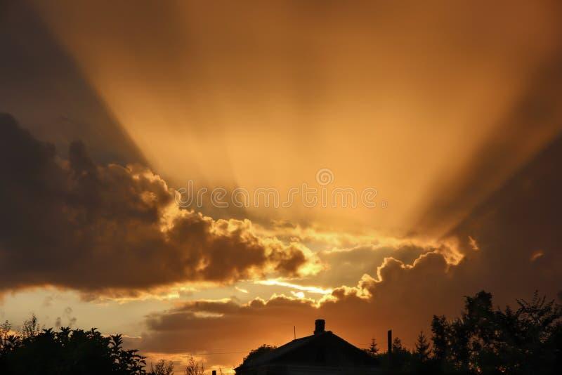La luz del sol brillante del sol poniente sobre la casa foto de archivo libre de regalías