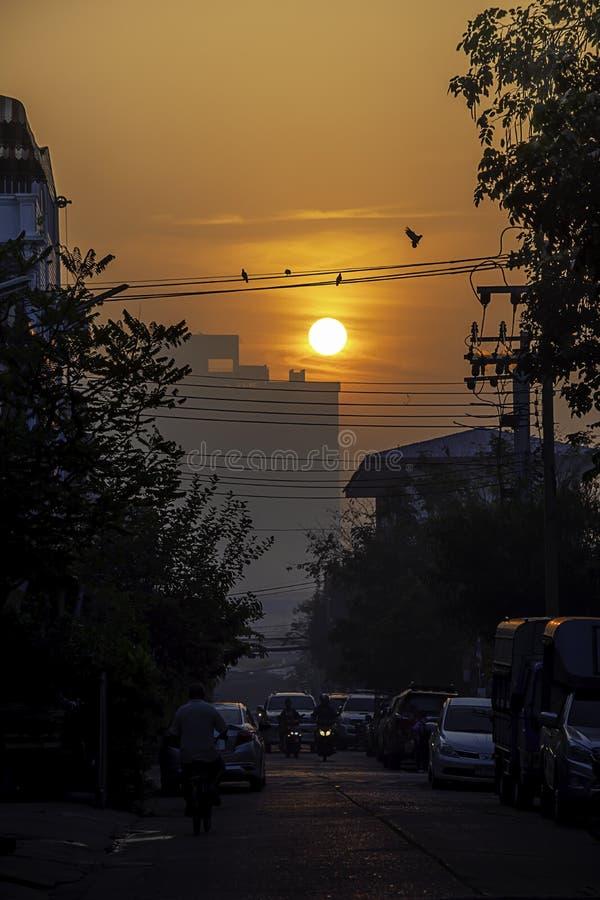 La luz del sol de la madrugada que brilla en edificios y los coches en el camino en la ciudad de Bangyai de Nonthaburi en Tailand imagenes de archivo
