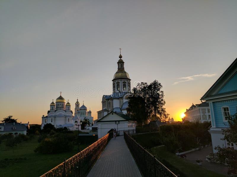 La luz del sol de la puesta del sol y la catedral del anuncio en Diveyevo foto de archivo libre de regalías