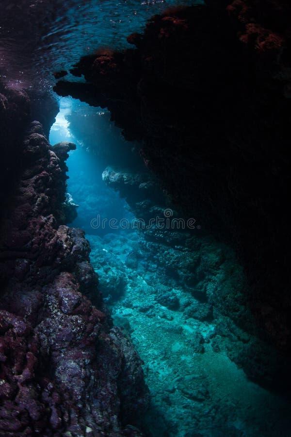 La luz del sol entra en la caverna oscura, sumergida imagen de archivo