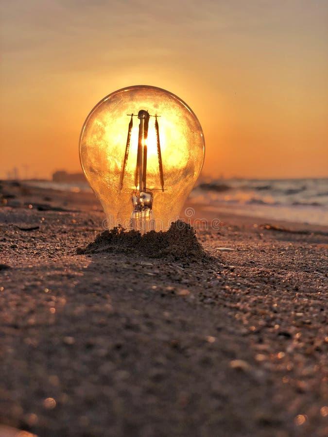 La luz del sol a través de la lámpara al atardecer fotografía de archivo libre de regalías
