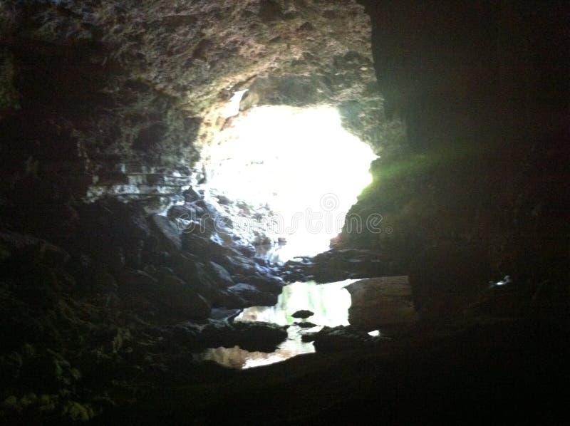 La luz en el extremo de la cueva imagenes de archivo