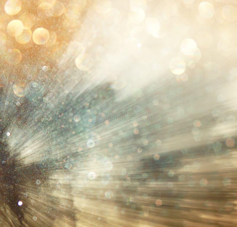 La luz estalló entre los árboles, fondo borroso con el movment Extracto imagenes de archivo