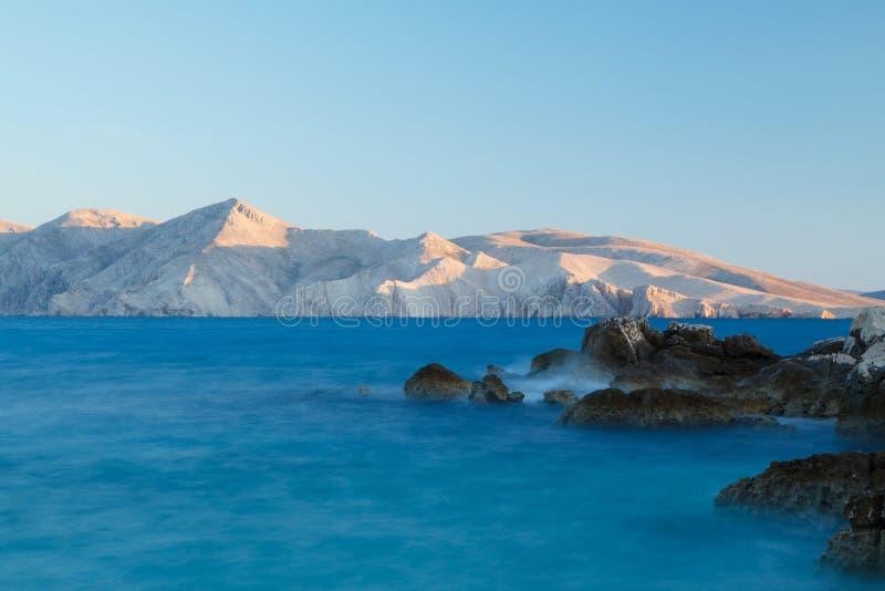 La luz pasada del día golpea los picos de la isla de Prvic, Croati foto de archivo libre de regalías