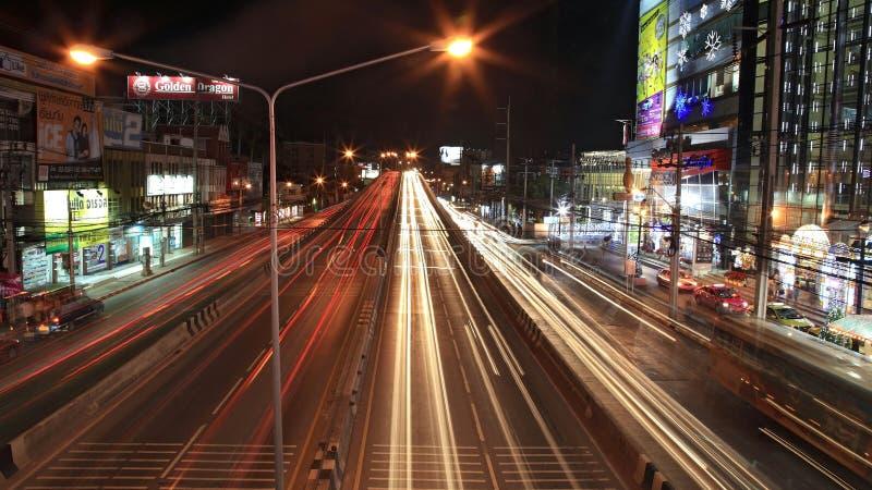 La luz se arrastra en el puente y la calle de Ngamwongwan fotos de archivo libres de regalías