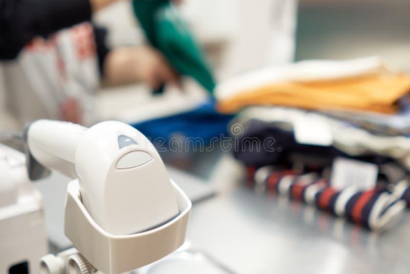 La máquina blanca del código de barras se utiliza para calcular el dinero de mercancías para ser exacta y exacta Y cuente los inv imagen de archivo