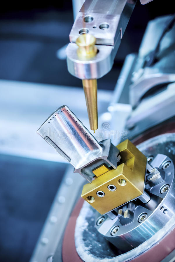 La máquina de EDM maneja la cuchilla de turbina del motor imagen de archivo