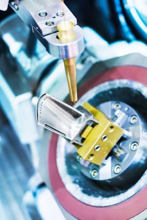 La máquina de EDM maneja la cuchilla de turbina del motor de avión imagen de archivo