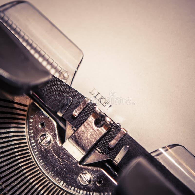 La máquina de escribir vieja con el texto tiene gusto fotografía de archivo