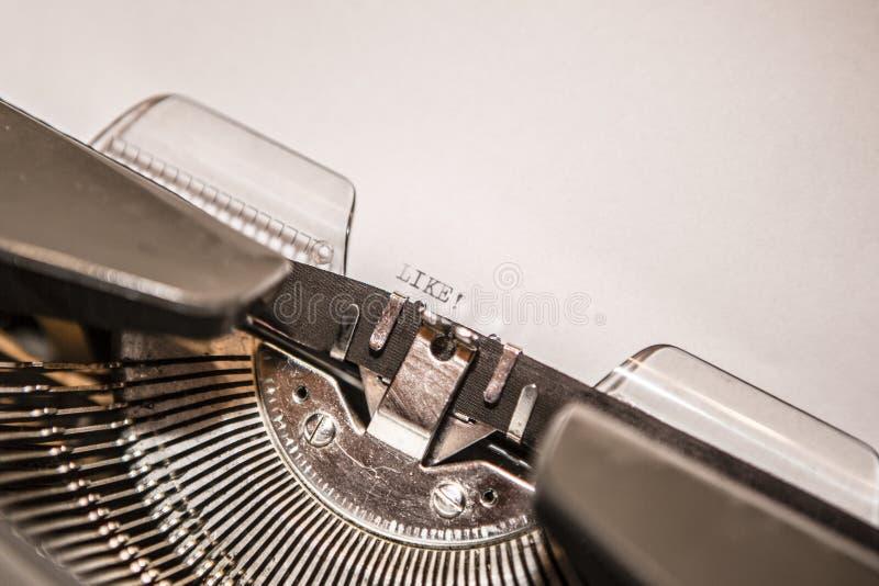 La máquina de escribir vieja con el texto tiene gusto imágenes de archivo libres de regalías