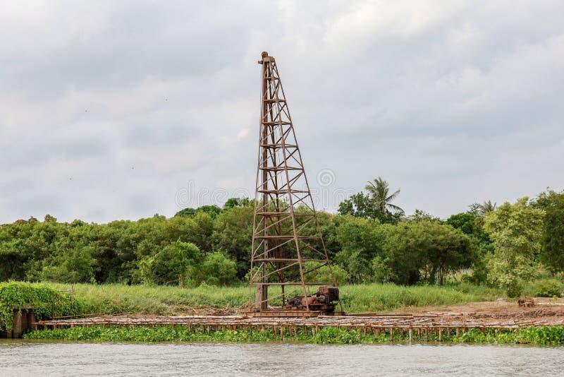 La máquina de martillo grande de pila en el río para la presa de la estructura foto de archivo