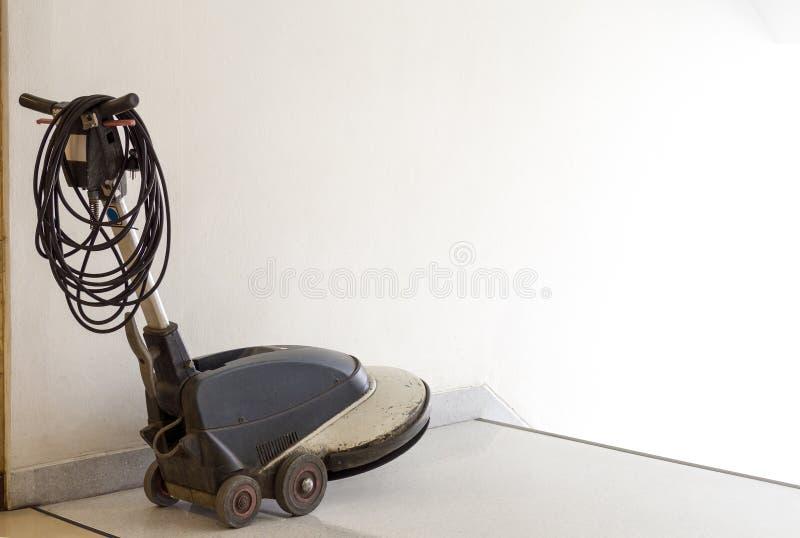 La máquina del depurador se coloca delante de la limpieza del personal de la escalera y de la espera en el apartamento servicio d foto de archivo libre de regalías