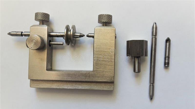 La máquina del mini relojero del vintage para la reparación de las piezas del reloj fotografía de archivo