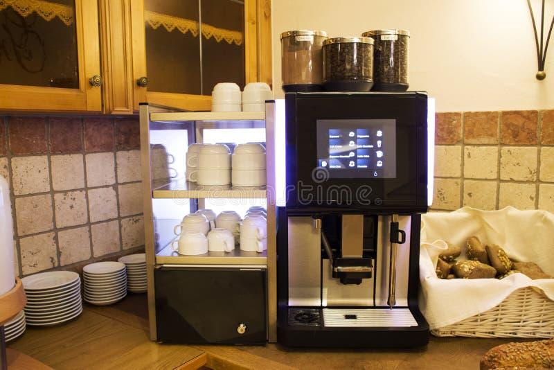 La máquina fresca del café para hace el café y pan y pan calientes fotografía de archivo