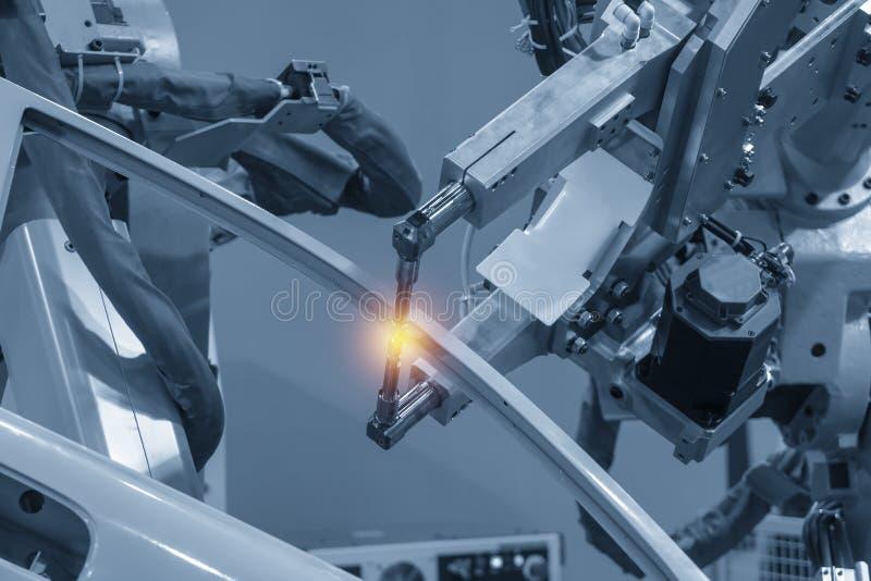 La máquina robótica de soldadura que suelda con autógena las piezas automotrices imagen de archivo libre de regalías