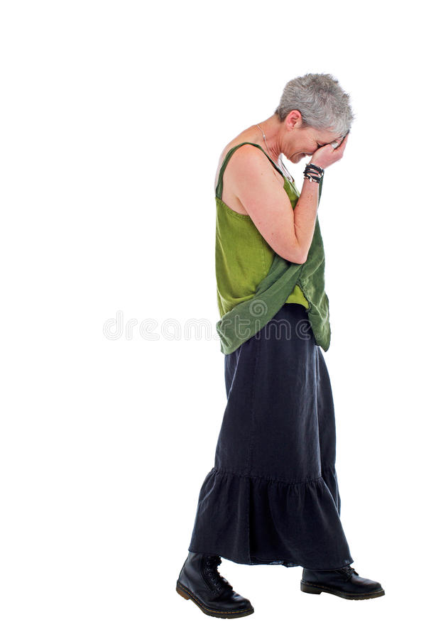 La más vieja mujer triste se coloca con la pista abajo imagen de archivo libre de regalías