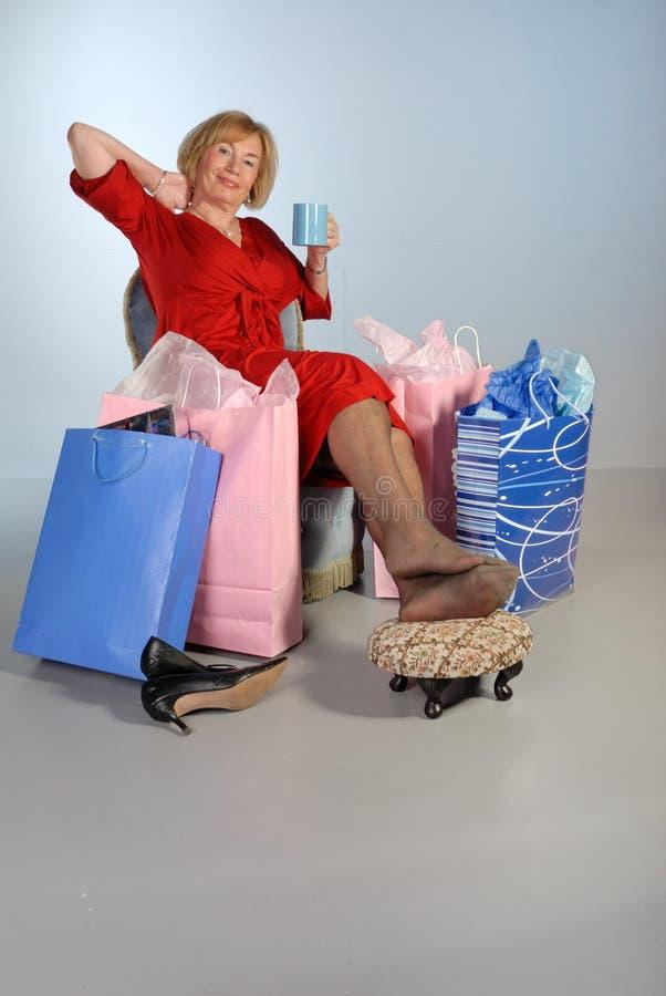 La más vieja señora atractiva se relaja después de hacer compras imagen de archivo libre de regalías