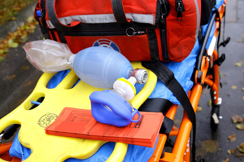 La máscara de respiración para la ambulancia de la emergencia rescata las carretillas del ensanchador imagenes de archivo