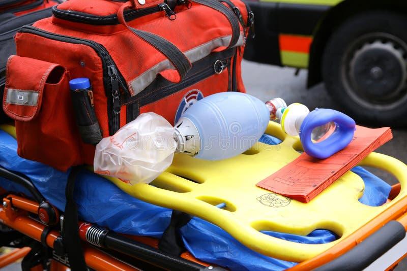 La máscara de respiración para la ambulancia de la emergencia rescata las carretillas del ensanchador fotos de archivo libres de regalías