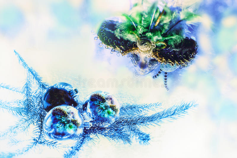 La máscara del carnaval se refleja en los juguetes del árbol de navidad imagen de archivo libre de regalías