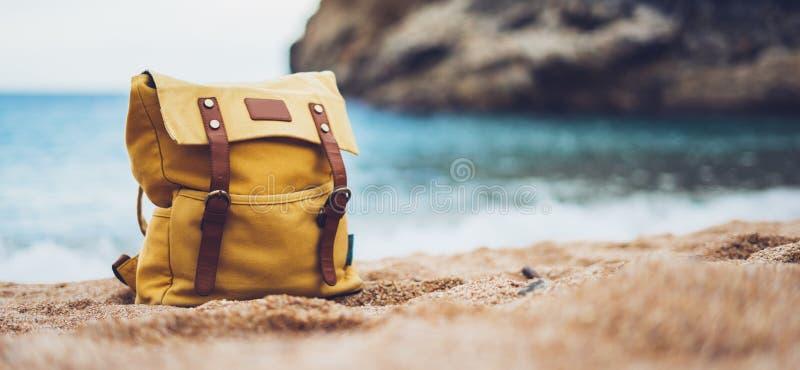 La máscara en horizonte azul del océano del mar del fondo, mochila amarilla turística de la natación del inconformista del camina imagenes de archivo