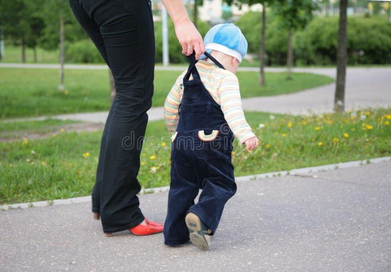 La mère aide l'enfant à aller photographie stock libre de droits