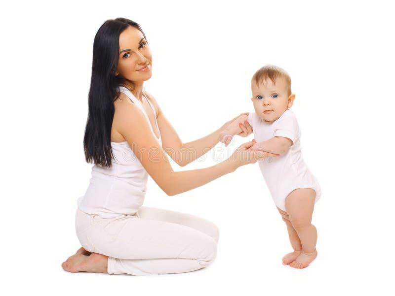 La mère aide l'enfant à prendre les mesures images stock