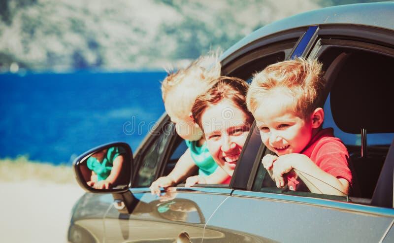 La mère avec deux enfants voyagent en voiture des vacances de mer photos libres de droits