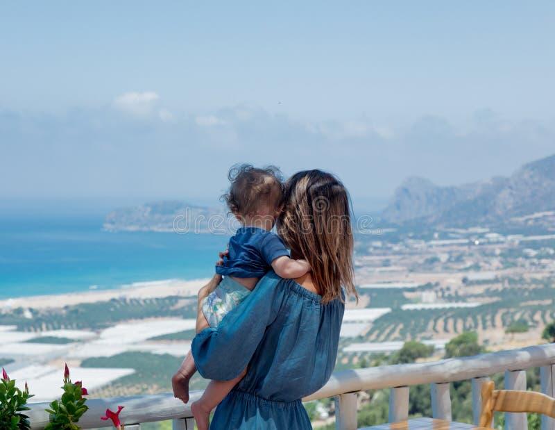 La mère caucasienne avec un enfant ont des vacances sur Crète photo libre de droits