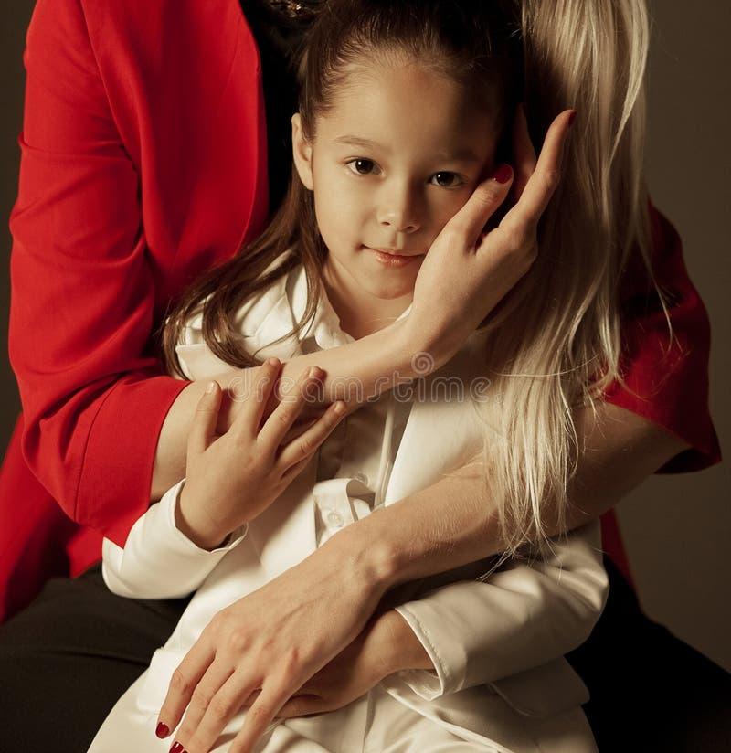 La mère embrasse sa fille photos libres de droits