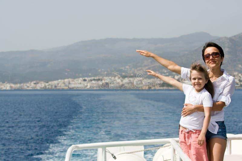 La mère, enfant apprécient le vent et le voyage en mer sur le bateau images libres de droits